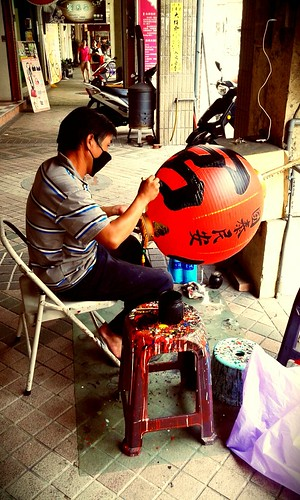 In Lukang is a Lantern shop where they paint the lanterns by hand.