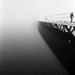 Lisboa, desvanecer (António Alfarroba) Tags: bridge mist film fog walking lisboa lisbon ponte hasselblad unknown lissabon lisbonne parquedasnações mistery expo98 nevoeiro ilfordfp4 película 501cm mistério desconhecido pedonal docadosolivais