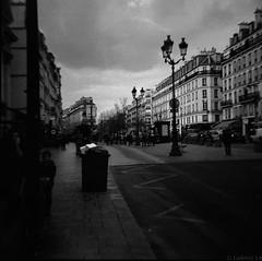 Paris (Meculda) Tags: film argentique lomography nb bw monochrome monochrom paris ville extérieur dianaf diana lampadaire rue road route street personne bâtiment architecture