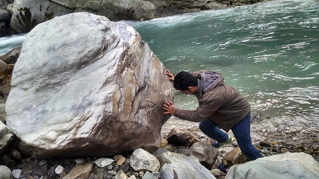 Moving a Big Rock | Parvati River | Kasol Trip