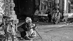 Inde - Scène de rue à Gwalior (Madhya Pradesh). (Gilles Daligand) Tags: inde madhyapradesh gwalior street scènederue noiretblanc bw monochrome personnes ngc panasonic epl5