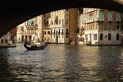 Romance under the bridge (Ciao Anita!) Tags: bridge venice italy italia ve ponte gondola brug venezia unescoworldheritage rialto italië gondel veneto canalgrande venetië unescowerelderfgoedlijst unescopatrimoniodellumanità