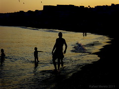 Siluetas al atardecer (Guervs) Tags: sunset espaa beach silhouette backlight contraluz atardecer seaside andaluca spain playa granada silueta andalusia almucar costatropical tropicalcoast