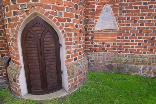 Epitafium Eleonory z Gieców Gibasiewiczowej na kościele w Gosławicach i wejście do północnej wieżyczki