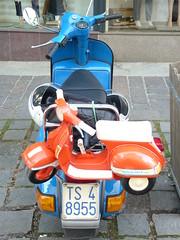 die kleine Vespa fr zwischendurch (QQ Vespa) Tags: old italy classic vintage vespa alt scooter kinder motorbike 200 roller historical oldtimer gt gs spielzeug scootering kleiner piaggio px vespatreffen kinderroller vesparoller