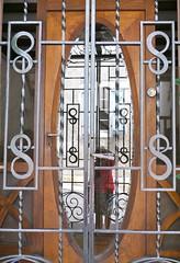 Orthez, Pyrnes-Atlantiques (Marie-Hlne Cingal) Tags: door france puerta 64 porta porte reflets tr sudouest aquitaine orthez pyrnesatlantiques