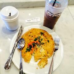 เก๋ๆ แปลกๆ แต่โอเคมาก #ข้าวไข่พระอาทิตย์ มันคือไข่เจียวคลุกเคล้ากับข้าวสวยแล้วเอาไปทอด รถชาดคล้ายข้าวจี่กับข้าวไข่เจียวกรอบ #มันอร่อย #มันดีอ่ะ กินกับ กาแฟ และ โกโก้เย็น #americano #coco #CAMP #CreativeandMeetingPlace #mayachiangmai #chiangmai @munfm @kat