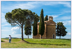 Val D'orcia Toscana Italy (Fabio Palella Foto) Tags: blue sky people panorama church landscape couple italia nuvola blu bluesky chiesa cielo toscana valdorcia azzurro prato amore paesaggio coppia cappella aalberi