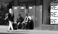 rea (brandsvig) Tags: street summer bw music june musicians skne sweden sale sverige musik malm rea sommar 2014 mllan triangeln lx7 sdrafrstadsgatan nostimo gatumusikanter lumixlx7
