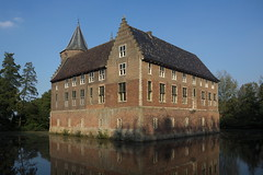 Dussen - Kasteel (grotevriendelijkereus) Tags: house holland castle netherlands architecture nederland medieval wikipedia huis fortification brabant kasteel noord dussen burcht middeleeus