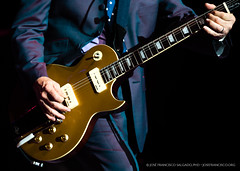 Midge Ure's Signature Guitar (josefrancisco.salgado) Tags: california musician music usa us losangeles concert nikon guitar unitedstatesofamerica guitarra rockmusic rocknroll nikkor rockband música músico d4 losangelescounty midgeure 70200mmf28gvrii retrofuturatour2014