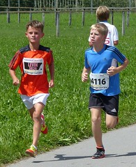Duel 6 (Cavabienmerci) Tags: boy sports boys sport youth race children schweiz switzerland à child suisse running run course runners pied runner 2014 läufer münsingen lauf coureur coureurs louf münsiger