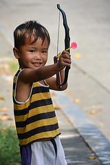 portrait enfant Manille 9157 (ichauvel) Tags: portrait portraiture enfant child childhood jeu game arc sourire smile manille manila philippines asiedusudest southeastasia voyage travel scénederue streetphotofraphy