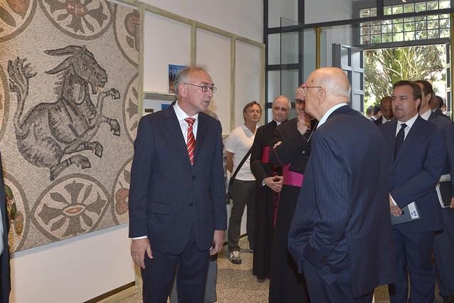 """Il Presidente Giorgio Napolitano alla sede della """"Fondazione Aquileia"""" nel corso della visita del Museo , illustrata dal direttore Dott. Cristiano Tiussi"""
