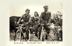Willy Fritsch, Lilian Harvey and Willi Forst in Ein blonder Traum (1932) (Truus, Bob & Jan too!) Tags: cinema film vintage germany deutschland star weimar ross 1930s comedy postcard bikes screen bicycles musical german sound movies comedian postal postale cartolina carte deutsch paulmartin sonoro ufa postkarte sonore filmstar tonfilm ansichtskarte schauspieler schauspielerin ansichtkaart postkaart darsteller briefkaart willyfritsch darstellerin lilianharvey tarjet williforst rossverlag briefkarte einblondertraum