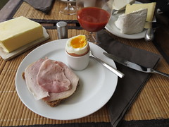 Backschinken vom Tebbehof auf Dinkel-Saftkorn vom Wieruper Hof zum Frhstcksei (multipel_bleiben) Tags: essen ei frhstck aufschnitt