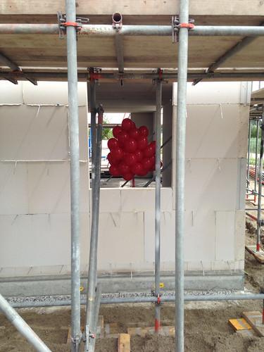 Heliumballonnen oplaten door toekomstige bewoners.