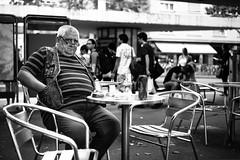 straight in my lens (gato-gato-gato) Tags: street leica bw white black blanco monochrome juni person schweiz switzerland abend flickr noir suisse sommer strasse zurich negro streetphotography pedestrian rangefinder human streetphoto monochrom zrich svizzera sonne weiss zuerich blanc manualfocus schwarz regen freitag onthestreets passant mensch sviss zwitserland isvire zurigo streetphotographer fussgnger manualmode zueri strase streetpic messsucher manuellerfokus gatogatogato fusgnger leicasummiluxm35mmf14 gatogatogatoch wwwgatogatogatoch streettogs mmonochrom leicammonochrom
