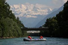 Blemlisalp mit Schlauchboot ( Gummiboot ) unerwegs auf der Aare ( Fluss - River ) zwischen T.hun S.chwbis und der E.isenbahnbrcke bei U.ttigen im Kanton Bern in der Schweiz (chrchr_75) Tags: mountain alps berg juni ro river boot schweiz switzerland boat suisse swiss fiume rivire alpen christoph svizzera fluss berner aar aare jolla canot dinghy donnerstag bote schlauchboot oberland 2014  suissa reka joki 1406 jolle gummiboot sloep chrigu schlauchboote blemlisalp  kantonbern arole chrchr hurni chrchr75 chriguhurni albumaare chriguhurnibluemailch gummiboote blemlisalpberg juni2014 albumschlauchbootegummibooteunterwegsinderschweiz gummiboottour hurni140619 albumaarethunbern albumaarethunschwbisuttigerschwelle albumblemlisalp