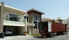 Day of the boxes (berik) Tags: hot home moving uae container lorry abudhabi landrover shipment lr4 discovery4