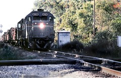 Seaboard  System pulpwood train crosses Southern Railway diamond in 1983 (TPavluvcik) Tags: florida railway system southern crawford seaboard nassaucountyflorida