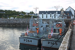 HMS Archer P264 agus HMS Example P165 (Mrtainn) Tags: bag boot scotland boat highlands barca barco alba escocia bateau alban szkocja bt esccia schottland btur bote westerross vene schotland d ecosse lochalsh scozia txalupa paat fanas skottland rossshire laiva skotlanti skotland kyleoflochalsh bd bd ladja  broskos varca balca caollochaillse csnak p165  p264 valtis esccia skcia  albain brka bta iskoya  rawtherapee  lun barc lochaillse hmsarcher gidhealtachd hmsexample taobhsiarrois siorramachdrois llancha scoia  battellu skath