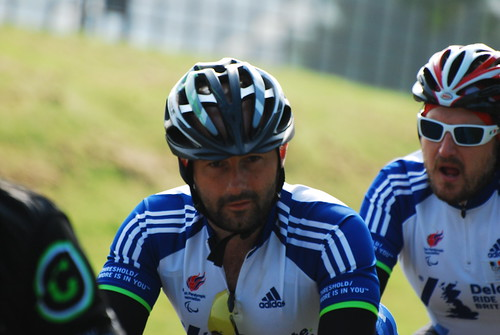 自転車レースで躍動する男性