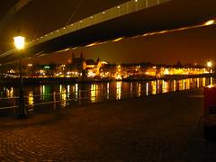 Hoeg Brugk . . . (willem_huwae) Tags: lamp canon maastricht avond maas weerspiegeling rivier img0139 hoeg willemhuwae brugk