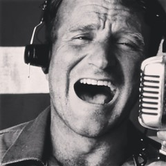 Gooooooddddd Morninnnngggg Vietnamm!!!!!...   Robin Williams me enseñó lo crudo de una guerra injusta y ahora lo injusto de una vida cruda.