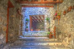 Interiores rurales (Reportero solitario) Tags: casa pueblo patio entrada recepcin piedras