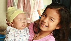 pretty girl showing baby (the foreign photographer - ฝรั่งถ่) Tags: pretty girl child baby bangkhen bangkok thailand soi phahoyolthin 65 canon kiss