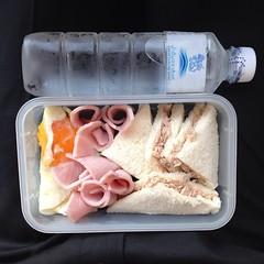 ผูกปิ่นโต ข้าวกล่อง เช้านี้ : แซนวิชทูน่า แฮม ไข่ดาว พร้อมน้ำดื่มสิงห์ #singha