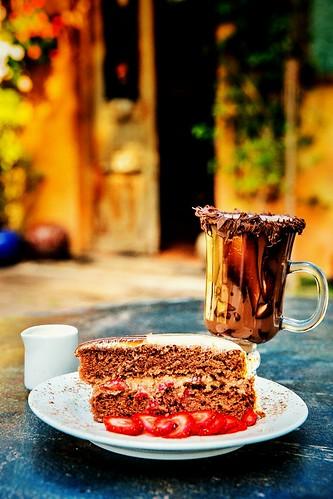Torta Crime Perfeito:  chocolate com morango e cobertura de leite condensado