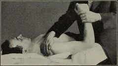 Anglų lietuvių žodynas. Žodis abduct reiškia v pagrobti; smurtu nusivesti (vaiką) lietuviškai.