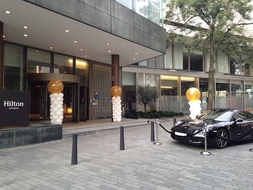 Ballonpilaar Breed Breed Rond Wit met Gouden Topballon Hilton Hotel Rotterdam