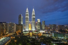 Kuala Lumpur (Rolandito.) Tags: malaysia kl kuala lumpur klcc petronas twin twoers blue hour blaue stunde dusk twilight night nightfall traders abend evening nacht heure bleue light lights illumination illuminateds
