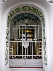 Riga, Lettonie: rue Brvbas (Marie-Hlne Cingal) Tags: door puerta iron porta porte tr riga fer latvija lettonie