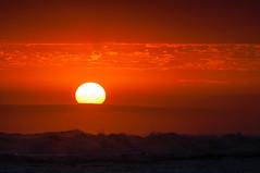Posta Huanchaco (faltimiras) Tags: iris sunset sun sol beach peru set ruins surf wave playa chan puesta arco ola trujillo platja posta onada perou huanchaco