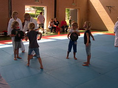 "zomerspelen 2013 karate clinic • <a style=""font-size:0.8em;"" href=""http://www.flickr.com/photos/125345099@N08/14427405583/"" target=""_blank"">View on Flickr</a>"