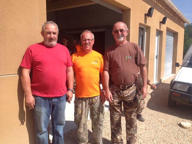 Maurice GHIO et Joël CERVATIUS, chefs des battues, encadrent le président, Roger BAROLI