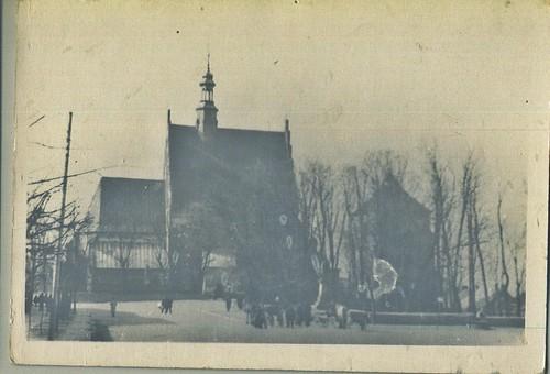Kościół św. Zygmunta, widać mieszkańców udających się na Nabożeństwo