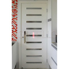 porta_cozinha_vidro_ripado_puxador_inox (Portello - A sua loja de portas) Tags: porta giro dobradica inox puxador reto plano geris planus 375cm vidro artico estreito ripado laca branca laqueado branco prendedor cozinha revestimento azulejo mosaico vermelho