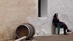 Ripening (dreptacz) Tags: kreta wyspa grecja beczka kobieta człowiek osoba krzesło ściana mur sony slt55 lustrzanka okno sonyflickraward astoundingimage flickrunitedaward czarny biały tynk drewno