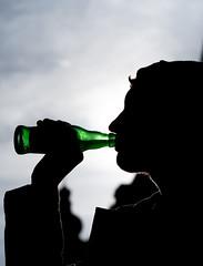 Have a drink! (mripp) Tags: art kunst retro vintage old drinking drink trinken getränke alcohol alcoholic binge komasaufen jugendliche teen teenager silhouette urban city stadt booze leica m10 summicron 50mm black green heineken bluna