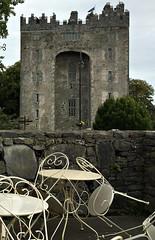an Irish castle, en route (Églantine) Tags: castle irishcastle irlande ireland bunrattycastle stone solid solide chairs chaises lace dentelle contrast tables accueil welcome murailles sombres austérité coclare