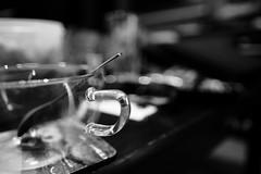 Handle Bokeh (KwyjiboVanDeKamp) Tags: fujifilm fuji xe2 fujinon xf16mmf14 sooc noedit keinebearbeitung blackwhite schwarzweis bw sw filmsimulation bokeh shallowdepthoffield tea tee cup tasse glas spoon löffel