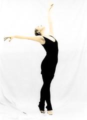 C2232-PILUCA (Febrero, 1992) (Eduardo Arias Rbanos) Tags: portrait bw ballet woman black blancoynegro female pose blackwhite mujer arm noiretblanc retrato top young olympus dancer tights estudio om10 bn study malla bailarina brazo virado femaleportrait posado fotodeestudio balletdancer leggins eduardoarias retratofemenino fotoenestudio eduardoariasrbanos