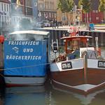 Stralsund - Hafenansichten (17) - Hier gibt's was auf die Hand: Fischbrötchen mit Räucherfisch! Guten Hunger! thumbnail