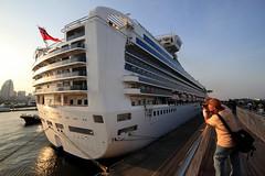 Diamond Princess (Helvetica60kg) Tags: sunset people pier boat ship photographer princess candid perspective vessel snap diamond yokohama liner superliner