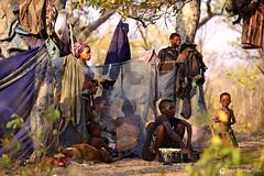 15-09-16 Ruta Okavango Namibia (256) R02 (Nikobo3) Tags: áfrica namibia khaudum tamsu nyaenyae bosquimanos color culturas tribus etnias people gentes travel viajes retratos portraits social pueblos rural vidasalvaje nikon nikond800 d800 nikon7020028vrii nikobo joségarcíacobo flickrtravelaward ngc natgeofacesoftheworld wonderfulworld sit sitting seated